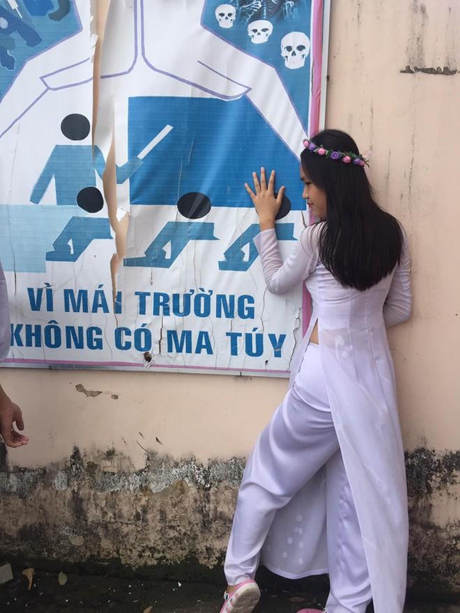 Cũng là chụp ảnh ngày bế giảng nhưng nữ sinh này nhận bão like nhờ làm một điều mà không ai dám làm - Ảnh 4.
