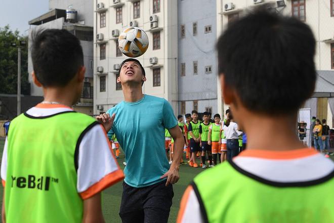 Tiền vệ Hùng Dũng trở về làm thầy Chíp, dạy các em nhỏ đá bóng cực vui - ảnh 1