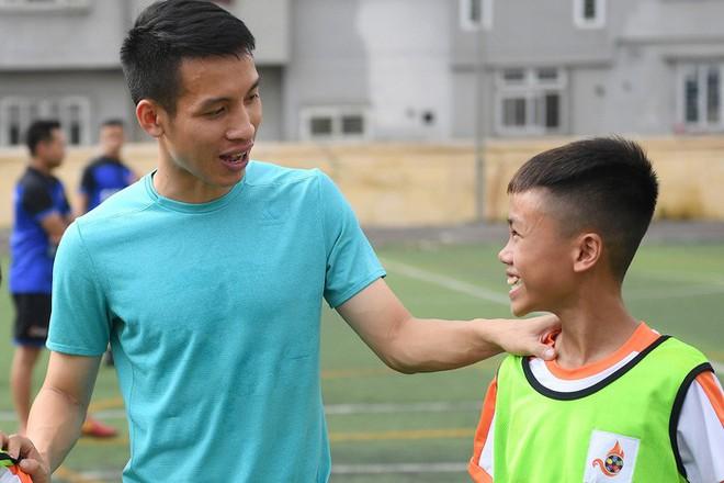 Tiền vệ Hùng Dũng trở về làm thầy Chíp, dạy các em nhỏ đá bóng cực vui - ảnh 2