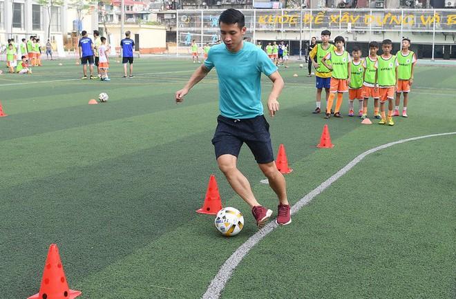 Tiền vệ Hùng Dũng trở về làm thầy Chíp, dạy các em nhỏ đá bóng cực vui - ảnh 3
