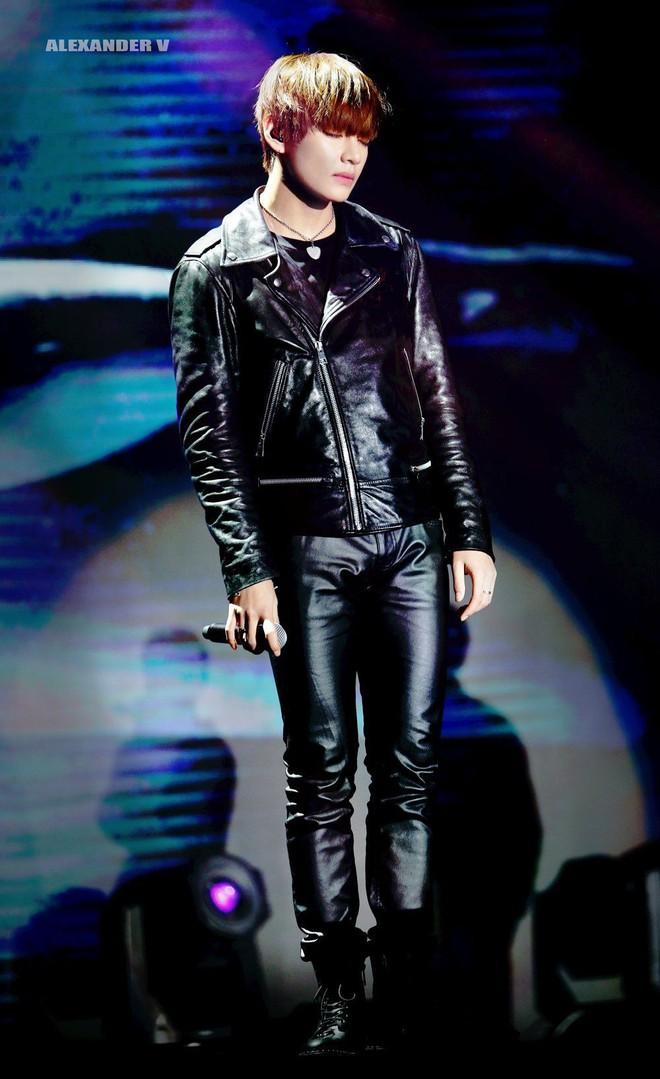 Trên sân khấu là hoàng tử quần bó chẽn chứ ngoài đời, V (BTS) lại là chúa tể quần ống rộng - ảnh 1