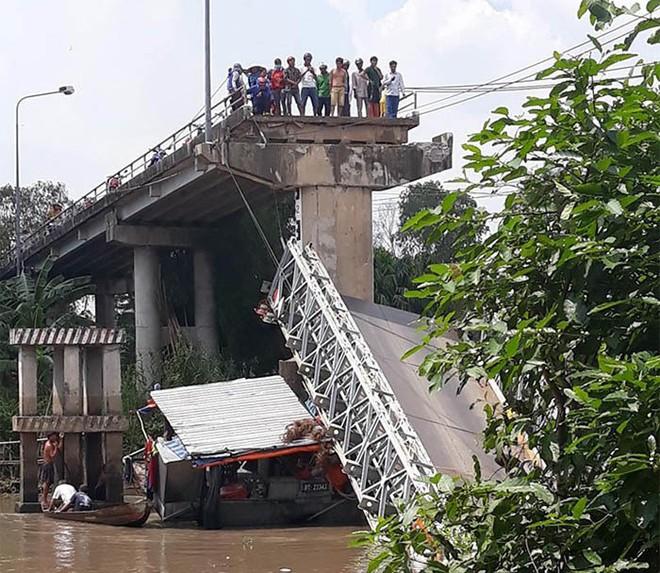 Sập cầu ở Đồng Tháp, xe tải chở nhiều người rơi xuống sông - Ảnh 2.