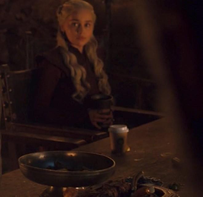 Ơ kìa, sao phim kinh điển như GAME OF THRONES lại để cốc Starbuck xuyên không thế này? - ảnh 2
