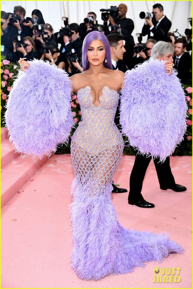 Hội chị em chuyên làm lố nhà Kardashian gây thất vọng ở Met Gala 2019: Sến rện, may có body đốt mắt kéo lại! - ảnh 7