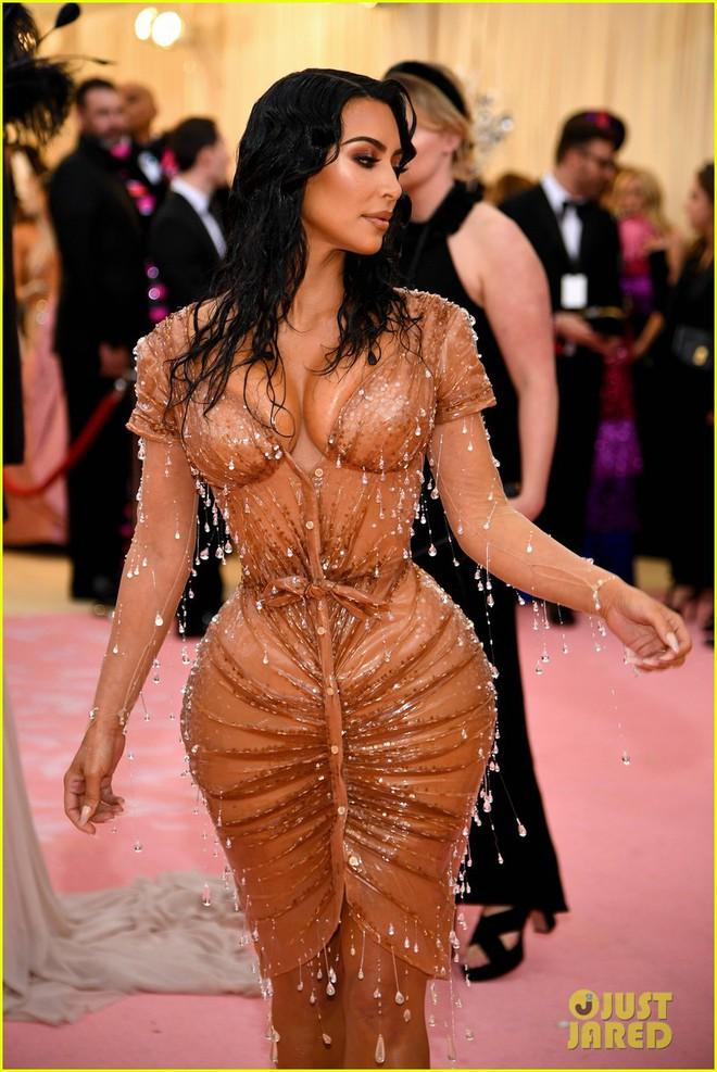 Hội chị em chuyên làm lố nhà Kardashian gây thất vọng ở Met Gala 2019: Sến rện, may có body đốt mắt kéo lại! - ảnh 3