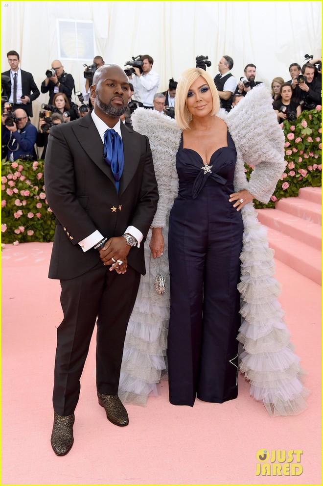 Hội chị em chuyên làm lố nhà Kardashian gây thất vọng ở Met Gala 2019: Sến rện, may có body đốt mắt kéo lại! - ảnh 2