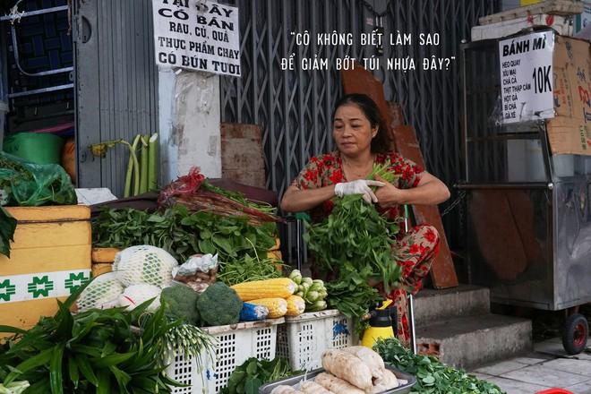 Người tặng tấm biển Tui bán rau, không bán túi nilon cho các sạp hàng ở Sài Gòn: Các cô chú làm được thì chúng mình cũng làm được! - Ảnh 6.