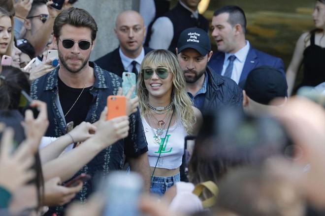 Chồng quốc dân Liam Hemsworth: Đích thân hộ tống và chăm sóc Miley Cyrus trong chuyến lưu diễn xa - Ảnh 1.