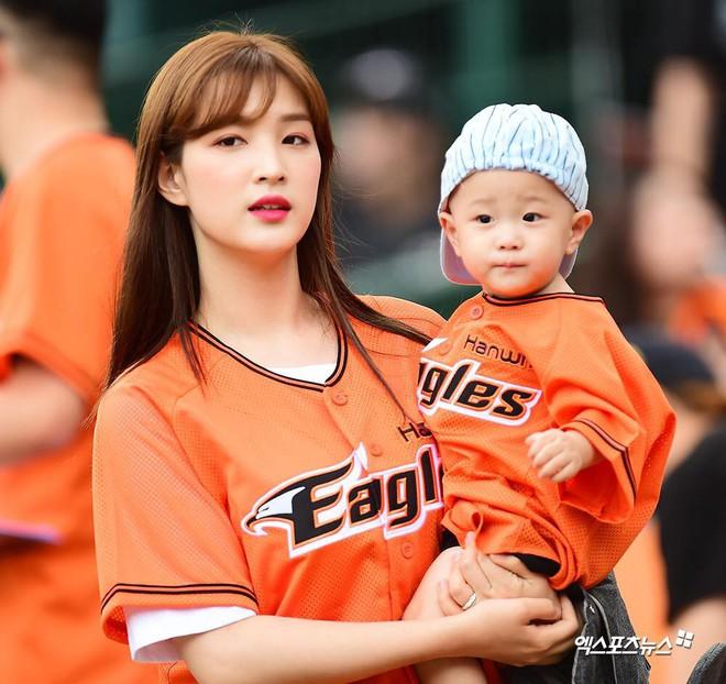 Ông bố trẻ nhất Kpop Minhwan khiến xứ Hàn phẫn nộ vì bồng con ném bóng, khiến đứa bé rơi vào tình huống nguy hiểm - Ảnh 6.