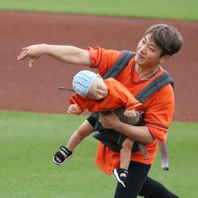 Ông bố trẻ nhất Kpop Minhwan khiến xứ Hàn phẫn nộ vì bồng con ném bóng, khiến đứa bé rơi vào tình huống nguy hiểm - Ảnh 3.