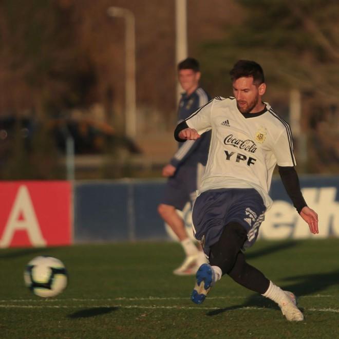Đừng ngủ khi đứa bạn thân còn thức: Không ngờ có ngày siêu sao Messi lại đi troll anh chàng đồng niên đến như thế này - ảnh 2