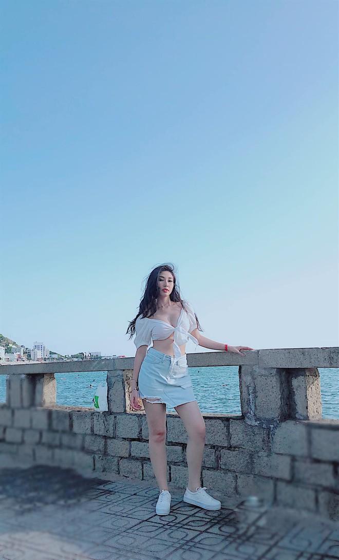 """Khổng Tú Quỳnh ngày càng gợi cảm và táo bạo: Chụp hình """"sương sương"""" cũng phanh áo hờ hững khoe vòng 1 - ảnh 4"""