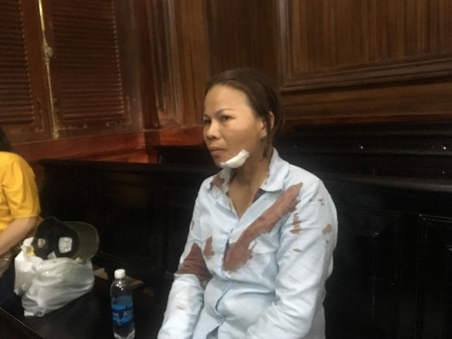 TP.HCM: Người nhà bị hại lao vào đánh vợ bị cáo ngất xỉu trước phiên toà - Ảnh 1.