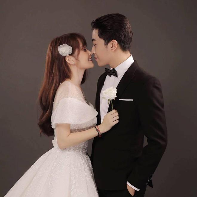 HOT: Những hình ảnh đầu tiên về đám cưới của Cris Phan - Mai Quỳnh Anh ở quê nhà Phú Yên - ảnh 1