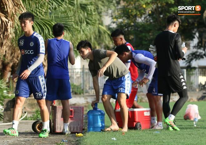 Đình Trọng xem đồng đội tập luyện, làm việc vặt giết thời gian trong khi chờ sang Singapore phẫu thuật - ảnh 4