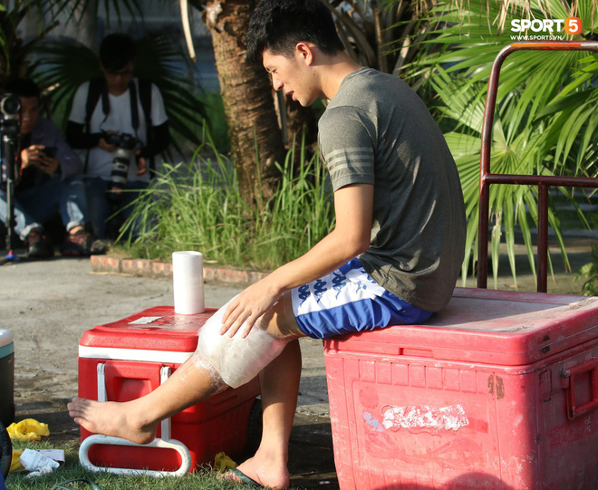 Đình Trọng xem đồng đội tập luyện, làm việc vặt giết thời gian trong khi chờ sang Singapore phẫu thuật - ảnh 2