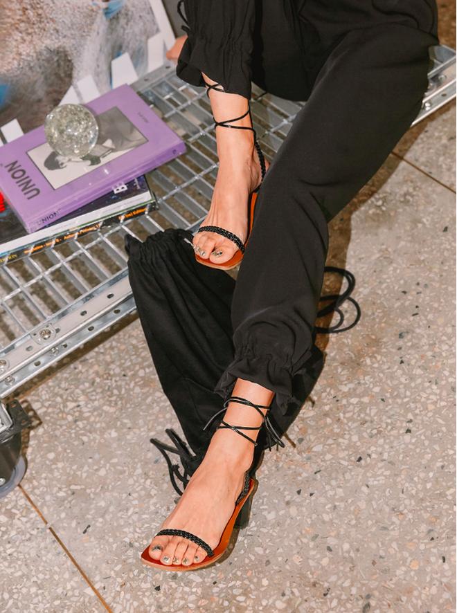 Sandals quai mảnh: Item mảnh mai nhẹ nhàng mà hợp gu từ hội bánh bèo đến nàng cá tính sang chảnh - ảnh 2