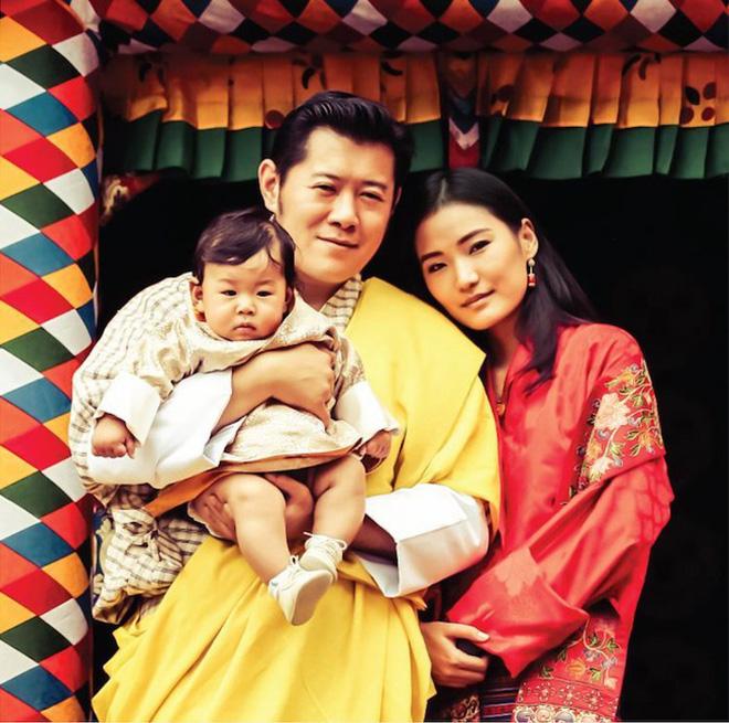 Vương quốc hạnh phúc Bhutan công bố hình ảnh mới nhất của hoàng tử bé khiến nhiều người ngỡ ngàng vì thay đổi quá nhiều - ảnh 1
