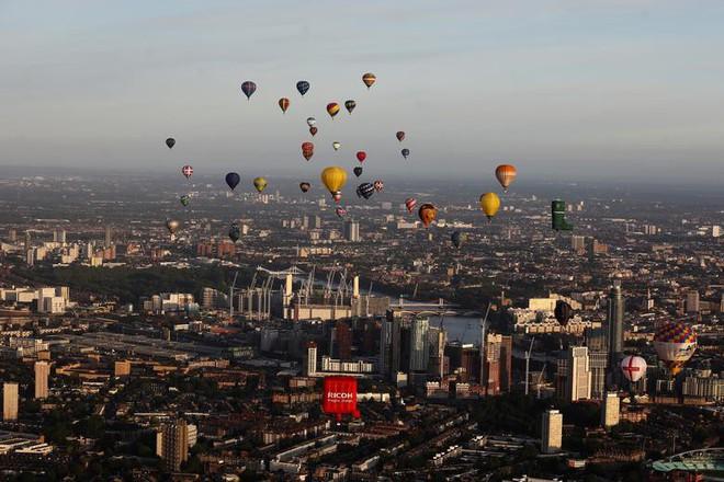 Khinh khí cầu đủ màu sắc rợp trời thủ đô London của Anh - ảnh 1