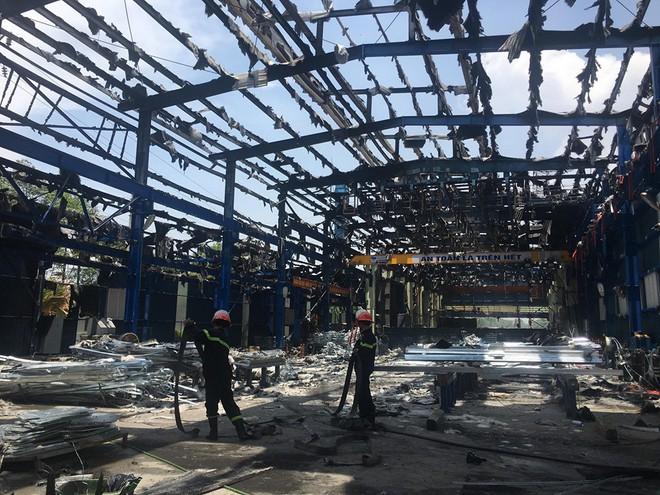 Nhà xưởng sản xuất gang thép ở Phú Thọ bị thiêu rụi giữa trưa nắng nóng gay gắt - ảnh 1