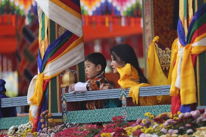 Vương quốc hạnh phúc Bhutan công bố hình ảnh mới nhất của hoàng tử bé khiến nhiều người ngỡ ngàng vì thay đổi quá nhiều - ảnh 7