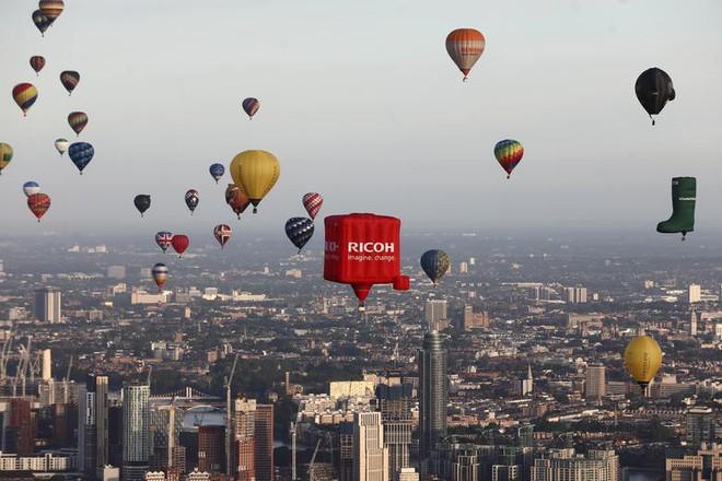 Khinh khí cầu đủ màu sắc rợp trời thủ đô London của Anh - ảnh 8