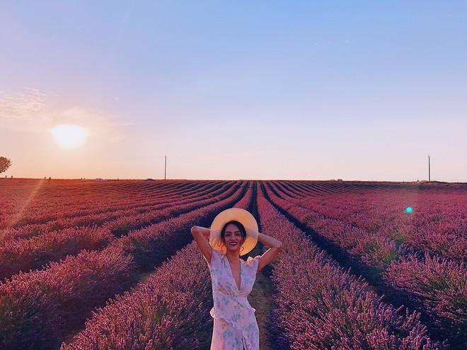 Soi bảng thành tích du lịch siêu to khổng lồ của bà mối quốc dân Hương Giang: Đến travel blogger cũng phải dè chứng vì tần suất quá khủng! - ảnh 9