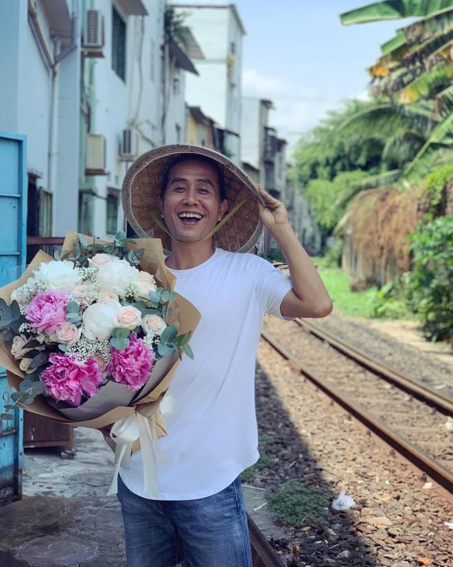 Gánh hàng nước nói không với đồ nhựa của anh chàng vừa lạ vừa quen ở Nha Trang: Thay nắp nhựa bằng... bánh tráng - ảnh 11