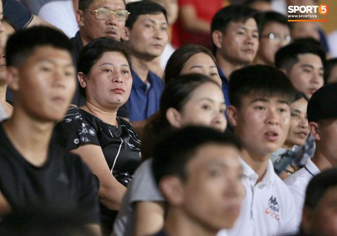 Cảm động hình ảnh Đình Trọng bá vai Duy Mạnh để di chuyển: Tình cảm anh em chắc chắn bền lâu - ảnh 11