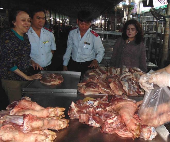 Phát hiện thịt heo thối trong chợ đầu mối Hóc Môn - ảnh 1