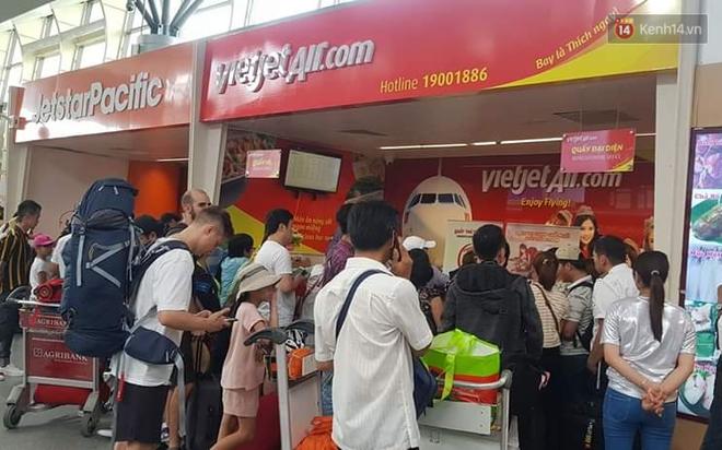 Nóng: Hàng trăm hành khách đang quây quầy vé của VietJet ở sân bay Đà Nẵng, bức xúc vì bị delay đến hôm sau - Ảnh 6.