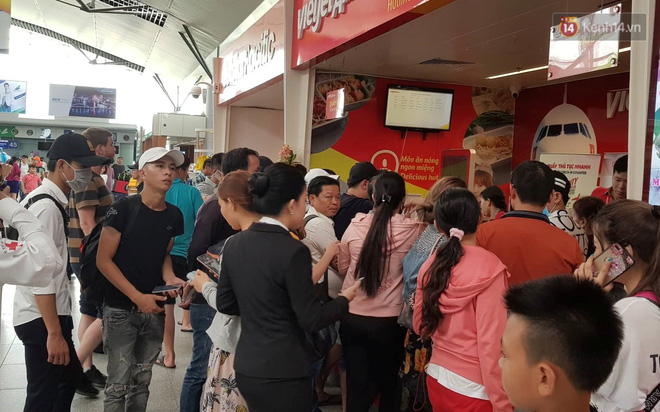 Nóng: Hàng trăm hành khách đang quây quầy vé của VietJet ở sân bay Đà Nẵng, bức xúc vì bị delay đến hôm sau - Ảnh 1.