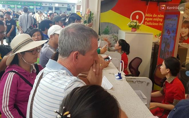 Nóng: Hàng trăm hành khách đang quây quầy vé của VietJet ở sân bay Đà Nẵng, bức xúc vì bị delay đến hôm sau - Ảnh 3.