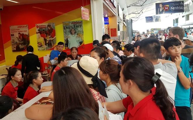 Nóng: Hàng trăm hành khách đang quây quầy vé của VietJet ở sân bay Đà Nẵng, bức xúc vì bị delay đến hôm sau - Ảnh 4.