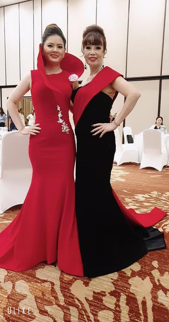 Cô dâu 62 tuổi được chồng trẻ tháp tùng tham dự cuộc thi hoa hậu ở Indonesia gây xôn xao - ảnh 4