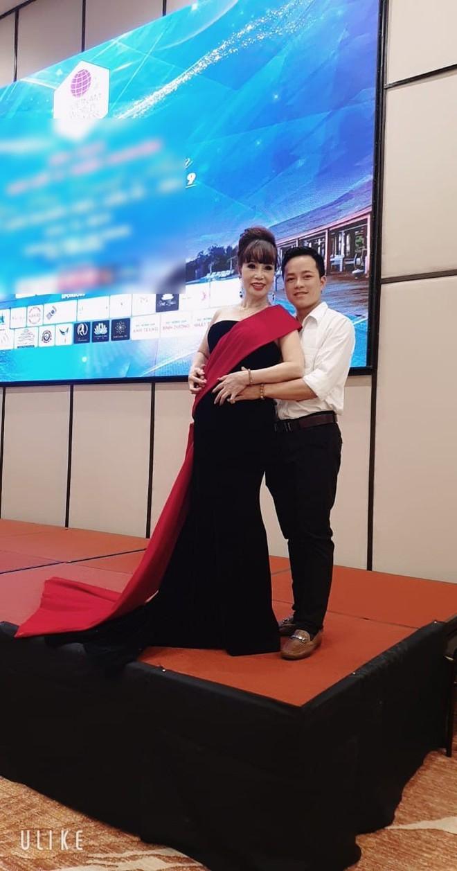 Cô dâu 62 tuổi được chồng trẻ tháp tùng tham dự cuộc thi hoa hậu ở Indonesia gây xôn xao - ảnh 2