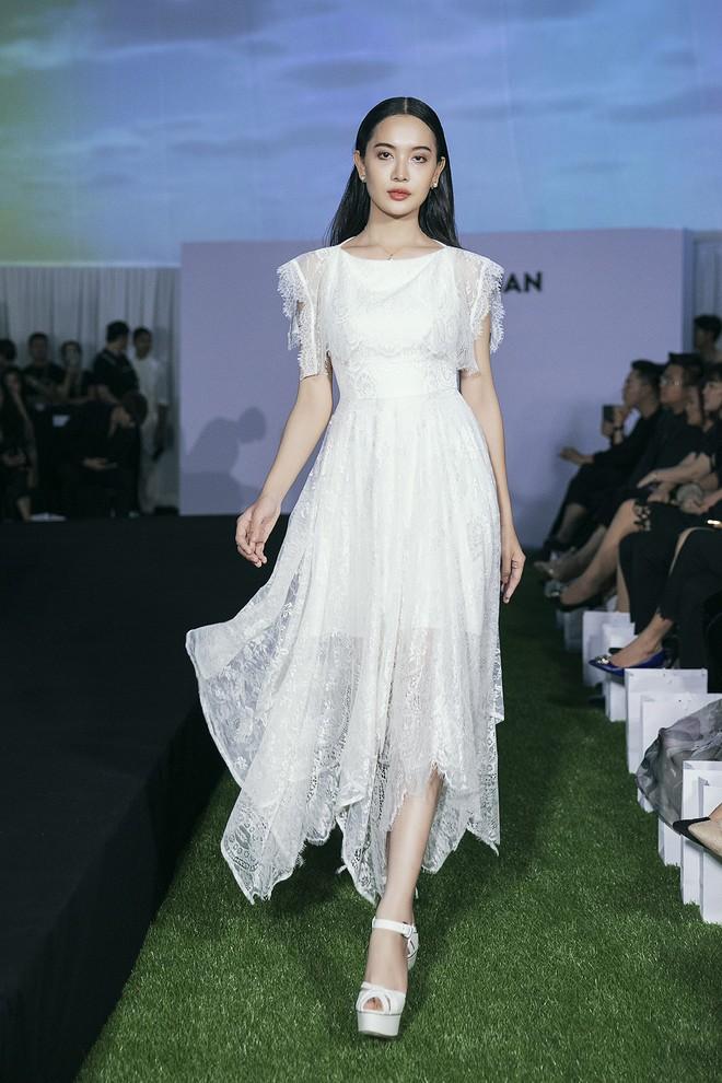 Tạm gác ồn ào nợ 3 tỷ đồng, Hoa hậu Trái đất Phương Khánh phô trương đường cong vệ nữ tại show của Adrian Anh Tuấn - ảnh 9