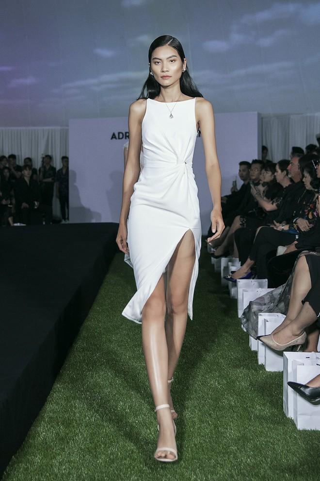 Tạm gác ồn ào nợ 3 tỷ đồng, Hoa hậu Trái đất Phương Khánh phô trương đường cong vệ nữ tại show của Adrian Anh Tuấn - ảnh 7