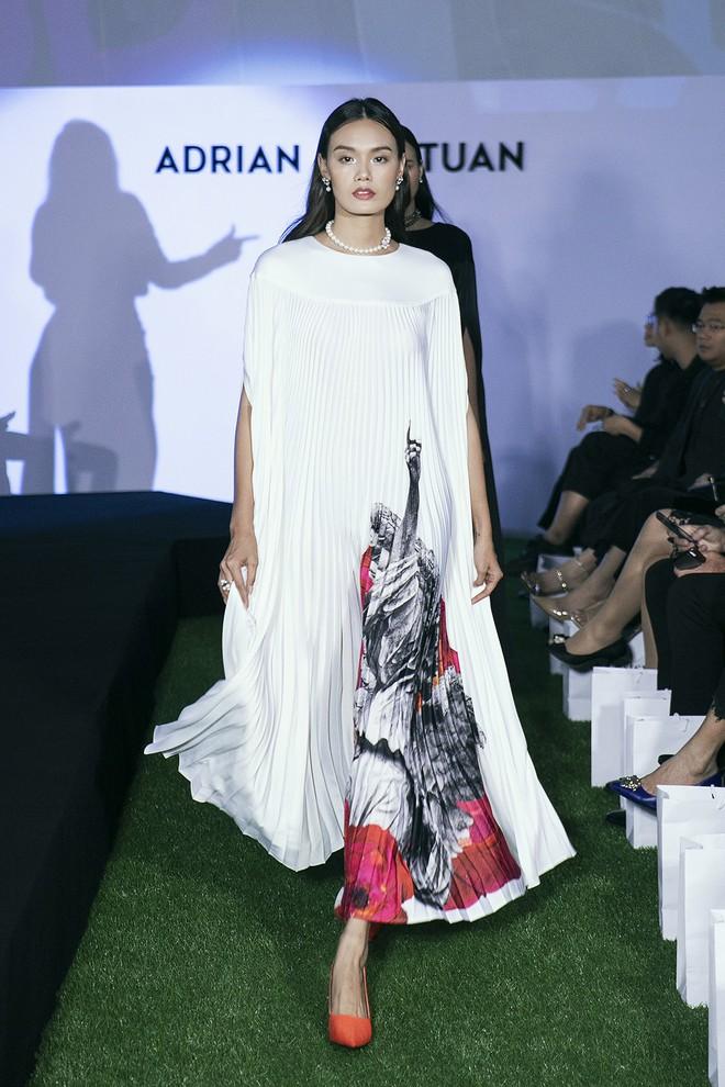 Tạm gác ồn ào nợ 3 tỷ đồng, Hoa hậu Trái đất Phương Khánh phô trương đường cong vệ nữ tại show của Adrian Anh Tuấn - ảnh 12