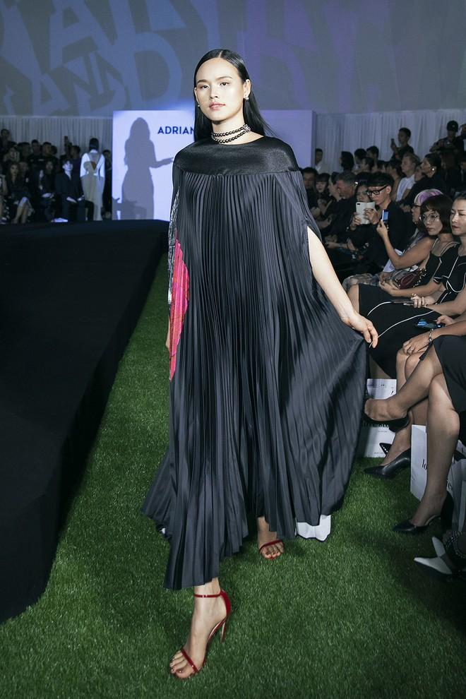 Tạm gác ồn ào nợ 3 tỷ đồng, Hoa hậu Trái đất Phương Khánh phô trương đường cong vệ nữ tại show của Adrian Anh Tuấn - ảnh 13