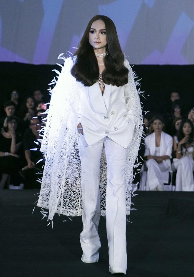 Tạm gác ồn ào nợ 3 tỷ đồng, Hoa hậu Trái đất Phương Khánh phô trương đường cong vệ nữ tại show của Adrian Anh Tuấn - ảnh 3