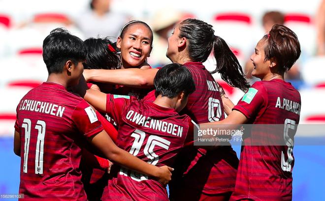 Tỷ phú kiêm trưởng đoàn xinh đẹp của tuyển nữ Thái Lan bật khóc sau khi đội nhà có bàn thắng đầu tiên ở World Cup - ảnh 1