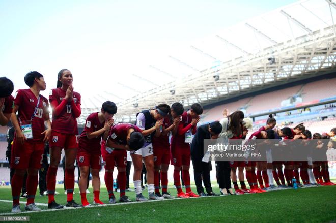 Tỷ phú kiêm trưởng đoàn xinh đẹp của tuyển nữ Thái Lan bật khóc sau khi đội nhà có bàn thắng đầu tiên ở World Cup - ảnh 4