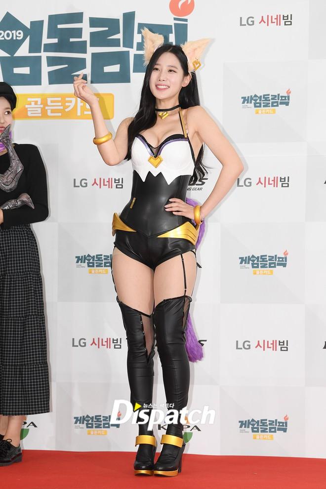 Nữ idol vô danh bỗng gây bão trên Dispatch: Mặt thì thuỳ mị nhưng lại cosplay đồ bức tử vòng 1, lồ lộ vòng 3 - ảnh 2
