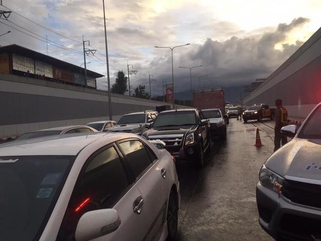 Khoảnh khắc rợn tóc gáy: Ô tô điên tông hàng loạt xe máy đang trú mưa trong hầm gây ra khung cảnh hỗn loạn kinh hoàng - ảnh 2
