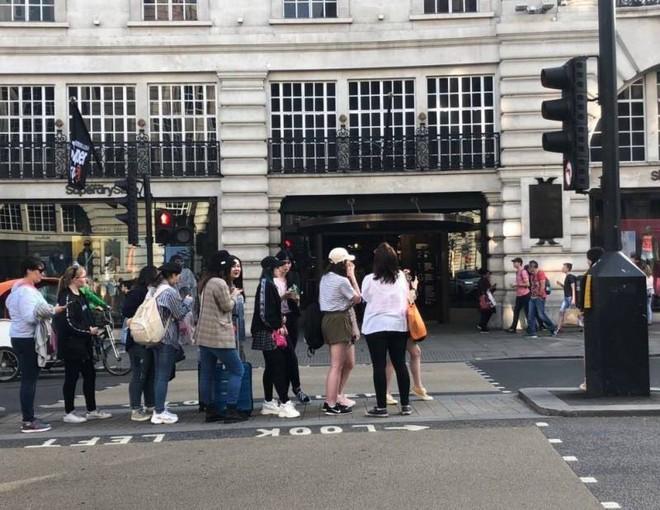 Rợn tóc gáy cảnh fan châu Âu đông như kiến thầu kín Quảng trường Piccadilly ở London để chờ BTS trước show lịch sử - Ảnh 9.