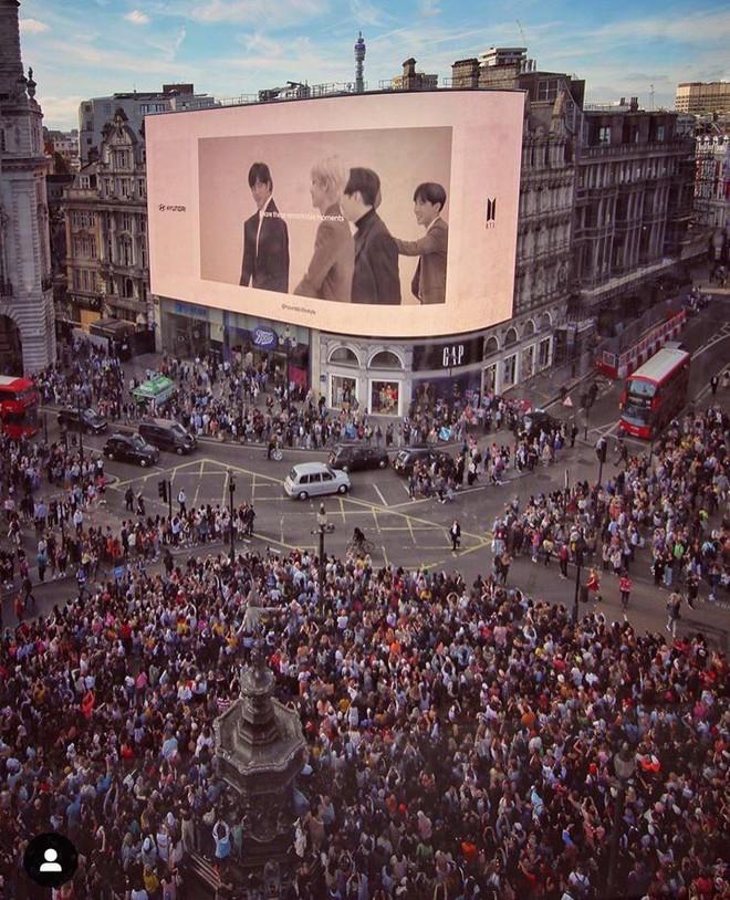 Rợn tóc gáy cảnh fan châu Âu đông như kiến thầu kín Quảng trường Piccadilly ở London để chờ BTS trước show lịch sử - Ảnh 3.