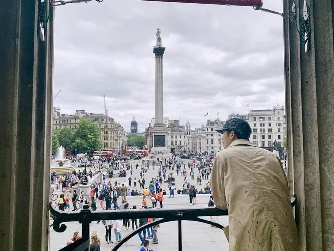 Rợn tóc gáy cảnh fan châu Âu đông như kiến thầu kín Quảng trường Piccadilly ở London để chờ BTS trước show lịch sử - Ảnh 7.