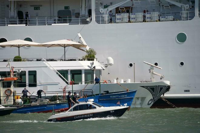 Tàu du lịch khổng lồ mất lái đâm vào bến tàu, ít nhất 4 người bị thương - ảnh 1