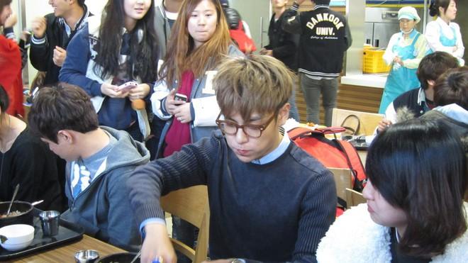 Muôn kiểu sao Hàn gây náo loạn khi đến trường: Sương sương đi học, đi thi thôi mà như dự sự kiện, đẹp tựa cảnh phim - Ảnh 18.